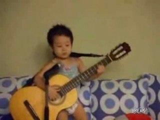 Bébé asiatique chante Hey Jude des Beattles