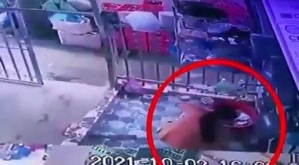 Une femme échappe à la police en faisant la vaisselle