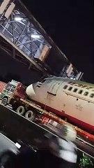 Un avion coincé sous une passerelle