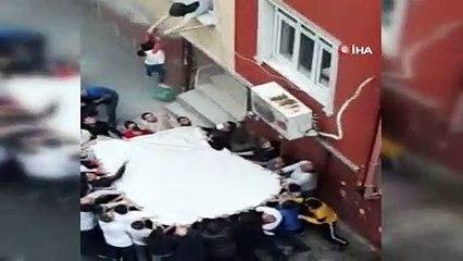 İstanbul Esenler'de yangında mahalle sakinlerinin açtığı çarşafa atladılar