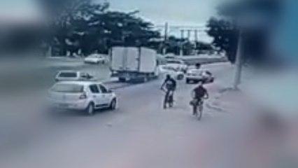 Buracos na pista causam acidente em Vila Velha