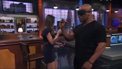 Mike Tyson envoie ses fléchettes dans le centre les yeux bandés