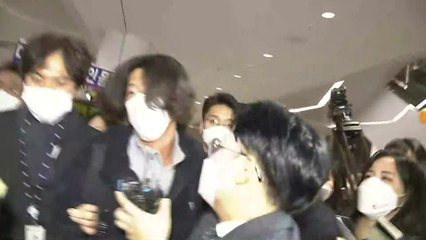 """남욱, 입국 직후 검찰에 체포...취재진 질문에는 """"죄송하다"""" / YTN"""