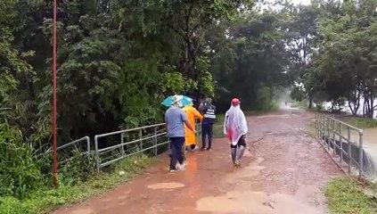 ศรีสะเกษ น้ำป่าทะลักล้นอ่างหนองแบกชะนัง 5 หมู่บ้านจมใต้น้ำ ชาวบ้านนำกระสอบทรายมากั้นน้ำไม่ให้ท่วมถนน