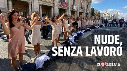 """Flashmob Alitalia, le hostess si spogliano davanti al Campidoglio: """"Nude, senza lavoro nè dignità"""""""