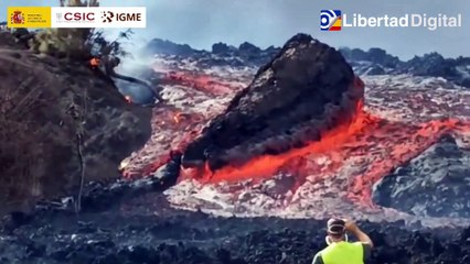 Un enorme bloque errático de lava se desplaza hacia Tajuya en La Palma