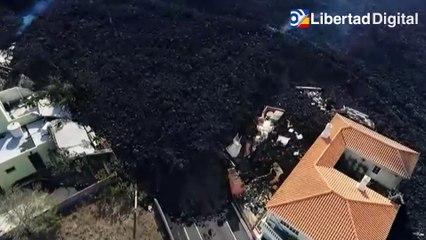 Los vecinos de La Laguna contemplan desde la distancia cómo la lava lo arrasa todo
