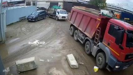 Une femme passe sous un camion et a beaucoup de chance !