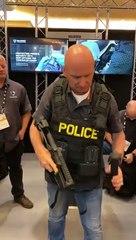 Démonstration d'un sac pour policier