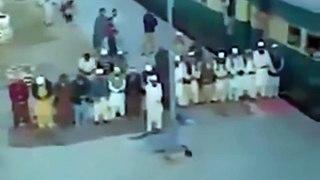 Ils sortent pour la prière et ratent le train qui repart sans eux