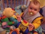 owen joue dans son parc avec son winnie