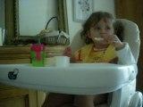 Clementine mange ses petits suisses