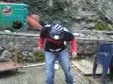 Ollie en skate mono truck  sur une barre de fer XD
