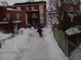 ballon qui saute les bancs de neige .