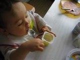 Lucas mange seul avec la cuillère