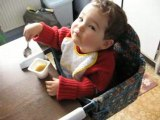 Lucas mange seul 15 mois