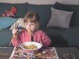 Maria mange des nouilles