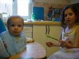 Valentin mange avec Mathilde