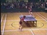 Le chinois a des habiletés au ping-pong indéniables