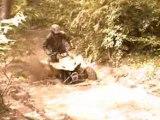 bruno 400 LTZ traverse une flaque bien boueuse....