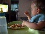 mathis mange tout seul