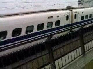 Passage en gare d'un Shinkansen