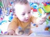 Lucas fait les marionnettes