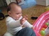 Noah 8mois joue dans le salon avec papa