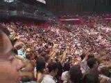 Une ola dans tout Bercy en attendant le début du concert