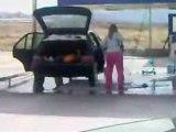 La femme de Regis lave sa voiture !