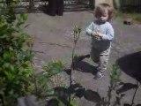 Louis dans le jardin