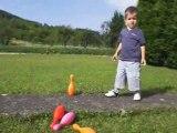 Florian joue aux quilles