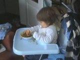 Valentin mange tout seul pour la première fois