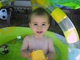 théo qui patauge dans sa piscine