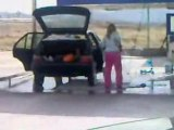 La femme de Régis lave sa voiture !