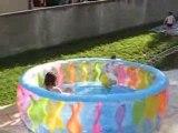 Eva et Theo dans la piscine