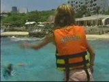 mia y miguel nadando en cancun