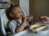 Dounia mange toute seule