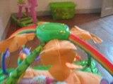 Kelly et son tapis d'éveil grenouille