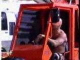Stone Cold Steve Austin renverse la voiture avec triple h
