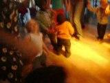 Tom danse avec les autres enfants..