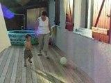 schnouki joue au foot avec Mamie