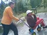 thomas le cycliste qui sfait aider avec un velo de compéte