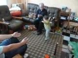 Flo va vers son papa ;) debout s'il vous plait :p