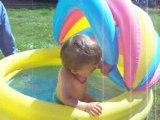 Je joue dans la piscine