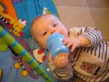 8 mois: je bois tout seul !
