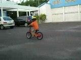 Matthis fait du vélo sans roulette