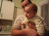 bébé parle avec son papi
