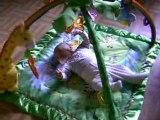 William joue sur son tapis d'éveil