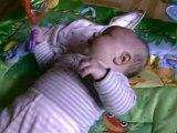 William joue sur son tapis d'éveil 2
